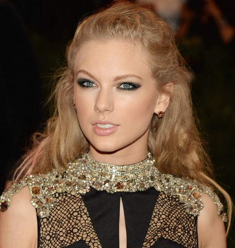 Taylor-Swift-Hairstyles-Romantic-Half-up-Half-down-for-Any-Occasion