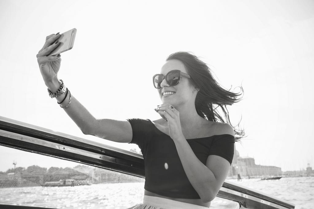 selfie travel blogger