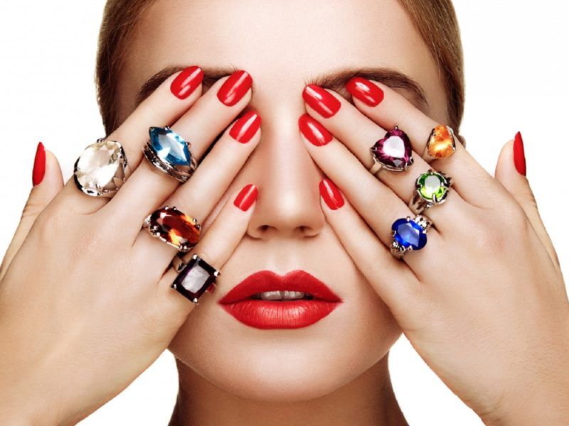 nail-polish-and-red-lips-of-beauty